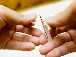 使い捨て鍼の封を開ける